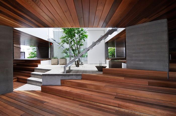 道路側より奥にギャラリーを見る。階段を右に上がると砂子さんのオフィススペース。左に上がると砂子邸の玄関。
