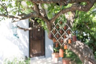 庭にも随所にオーナメントが。玄関のドアは、以前、原宿の店で使っていたもの。