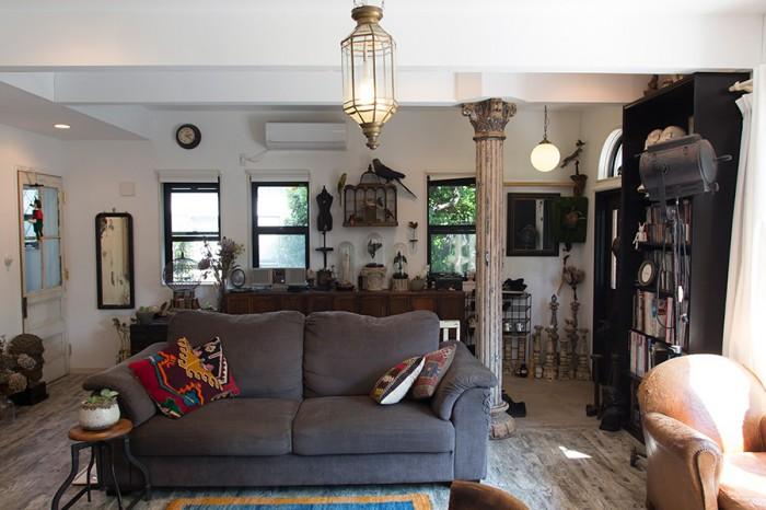 各地で買い集めたアンティークやヴィンテージのインテリアが存在感を放つ。床暖房のために採用したタイルの床材も空間にマッチ。
