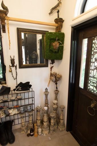 インドネシアで作ってもらった燭台、苔を使ったオブジェなど、インテリアショップのような見事なデコレーション。