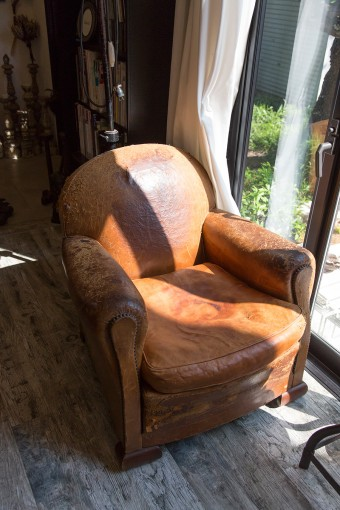 重厚感のあるアンティークの椅子。猫が爪を砥いでボロボロに…。