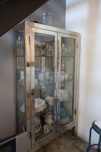 ユーズドのドクターキャビネットを食器棚に。沖縄、米軍基地近くのショップのネット販売で購入。
