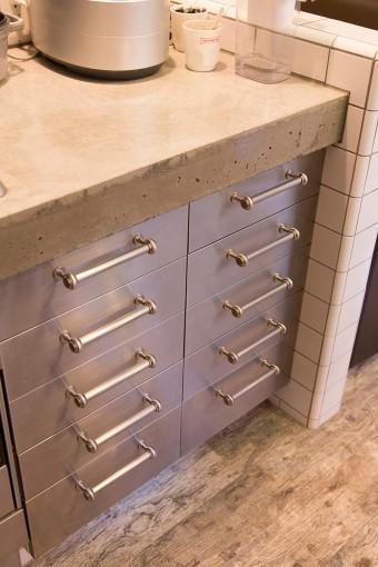 コンクリートの台にステンレス製の収納がクールなキッチン。タイルも職人さんに張ってもらった。