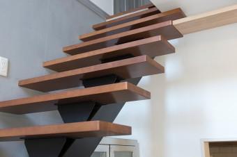 2階への階段。オープンな造りが、閉塞感を感じさせない。