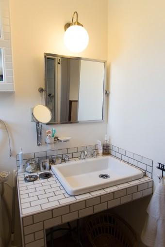 洗面所には、TOTOの業務用シンクを採用。タイルと照明にもこだわった。