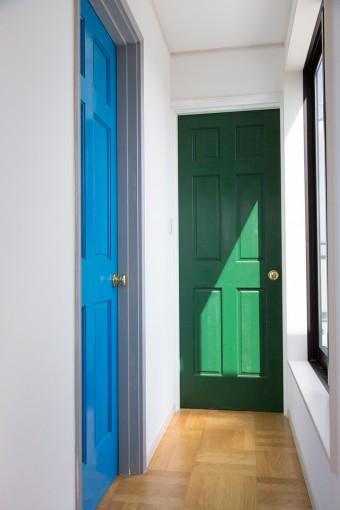 鮮やかなカラーが新鮮な、将来の子供部屋のドア。塗装も見事!