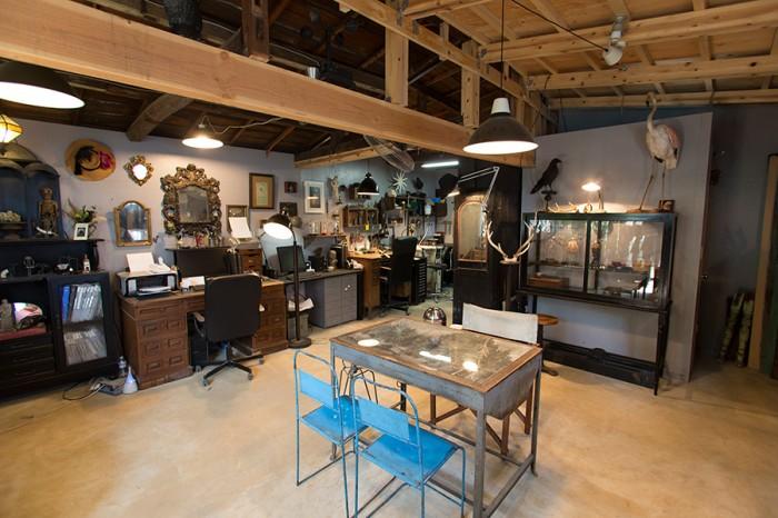 倉庫を増築したアトリエ。仕事で毎年訪れるパリや各地で買ってきたものが、空間を飾る。www.rustythougt.com