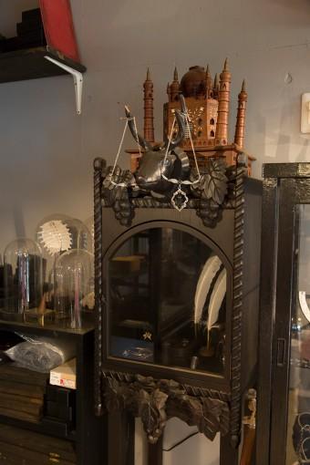 骨董屋で買った什器を、脚を取り付けたりしてリメイクした棚。どれも手を加え使っているところがすごい。
