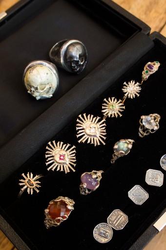ふたりの作品。スカルの指輪は、七宝焼とステンレスに鉄漿(お歯黒)を焼き付けたもの。