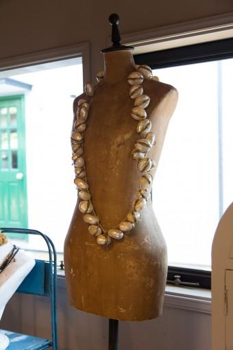貝殻を使ったネックレス。1個ずつケースになっている。