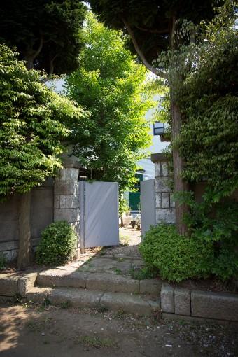 アトリエへの入り口。神社の参道に面しており、静かでおだやかな雰囲気。