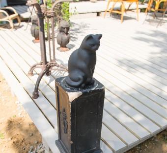 庭の黒猫はガーデニングショップで買ったものにペンキを塗装。