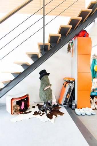 玄関では森川まどかさんの作品がお出迎え。オレンジ色のキャビネットは、新婚当時買って以来使い続けてる思い出の品。