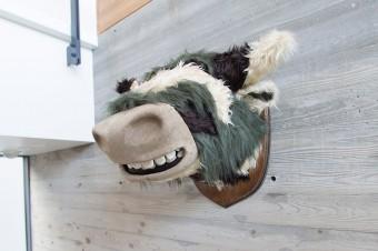 アーティストの重松淳也さんの牛の壁掛けは、『PASS THE BATON』で購入。内田宅には壁掛け作品が他に3つも。