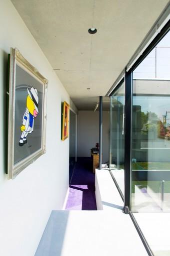 廊下の右手が中庭、奥の右側がスタジオ、左側がアトリエになっている。1階は部屋ごとにカーペットの色が変わる。