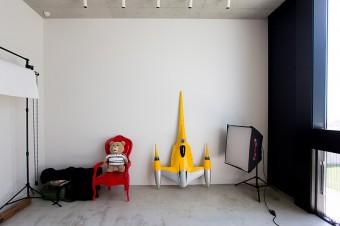 外からお客を招けるように入り口を設け、ギャラリーとしても使えるように設計された撮影スタジオ。