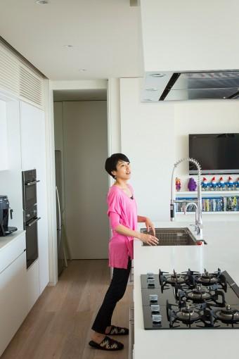 お客と話しながら料理を作ることができる、大きなアイランドテーブル。