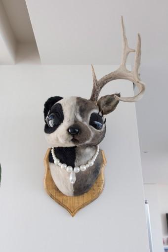 2階のリビングにも壁掛けのアート。その名も半分パンダで半分シカの半パンダ。クリエイターの野田凪さんの作品。