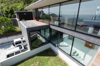 あえて1階は中庭に面して閉じた作りに。2階は大きな窓から海の景色を堪能できる、開放感のある設計になっている。