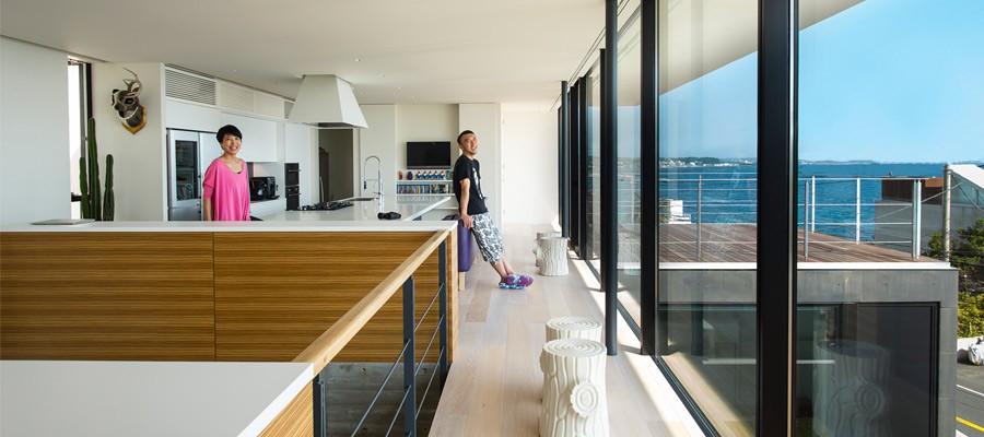 窓一面の水平線海とアートと暮らすギャラリーのような家