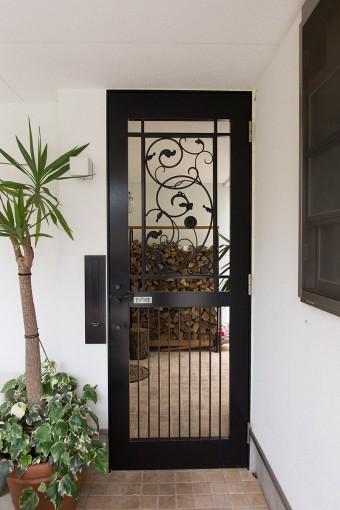 アイアンのドアの向こうに、ストーブで使う薪が。ヨーロッパのリゾートの雰囲気。