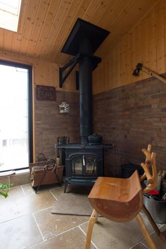 床は時間とともに味わいを増す、大理石を使用。ここで薪をくべる時間が、たまらなく幸福なのだとか。