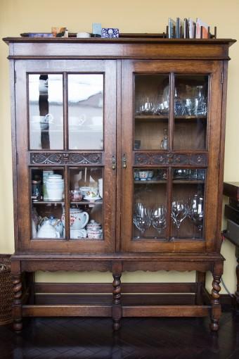 アンティークのキャビネットに、ヨーロッパなどの旅先で買い集めた食器を収納。