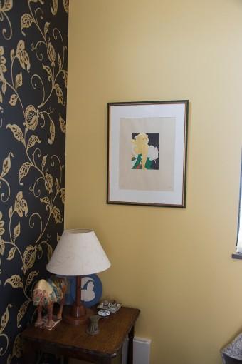コーナーには思い出の品物をディスプレイ。壁のリトグラフは、横尾忠則さんから購入したもの。