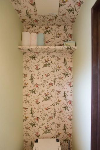 トイレにも植物柄の壁紙を採用。天井までつながっているところがすごい。