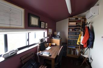夫の書斎は、落ち着いたカラーの壁紙で。思い出の万年筆などを額に入れてディスプレイ。