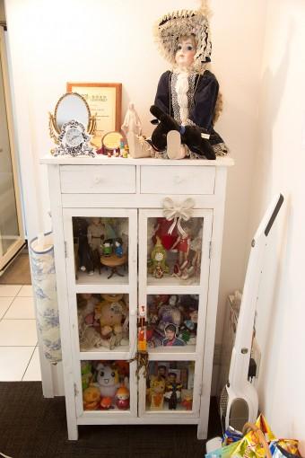ミニキッチンの脇には、村田さんの大切な人形コレクションが。