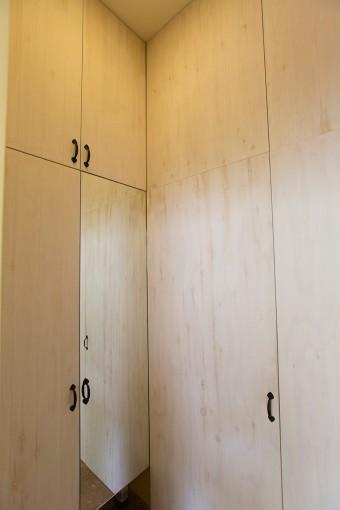 玄関のシューズボックス。天井までつながり、収納力たっぷり。