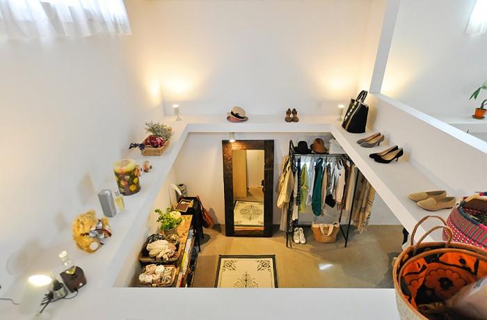 1階は奥さんの持ち物だけを収納したスペース。水平に延びた梁上には、奥さんの帽子や靴をはじめ、さまざまな小物がきれいにディスプレイされている。