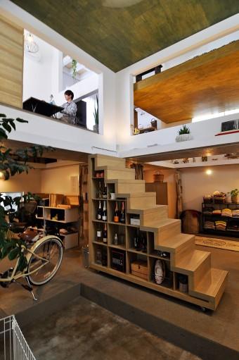 土間スペースより見る。右が奥さんのスペースで、左が寺戸さんの仕事スペース。収納を兼ねた階段を上がるとダイニング。