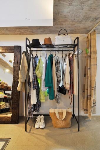 こちらも奥さんの服がストアのようにディスプレイされている。上下に置かれた靴や帽子がさりげなくおしゃれ。