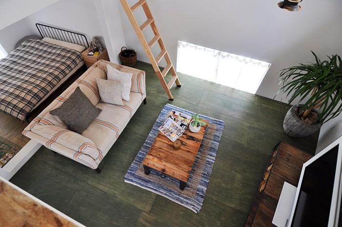リビングを見下ろす。床と家具との色のコンビネーションもよく考えられている。