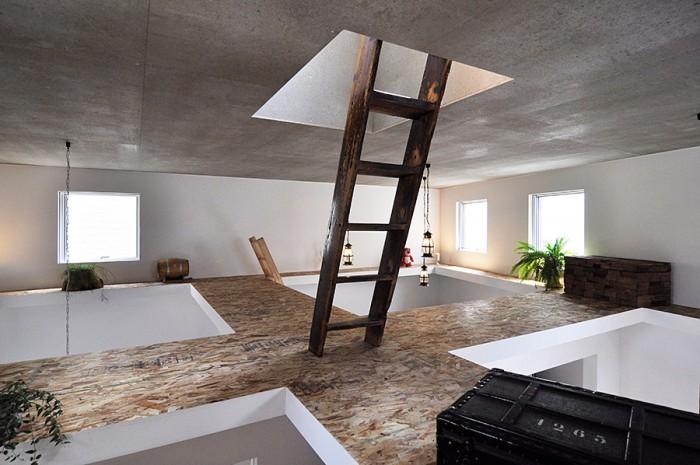 屋根裏的なこのスペースもきれいにディスプレイ。「気に入ったものを置いて眺めるのが好き」という奥さんはここまで神経を行き届かせている。