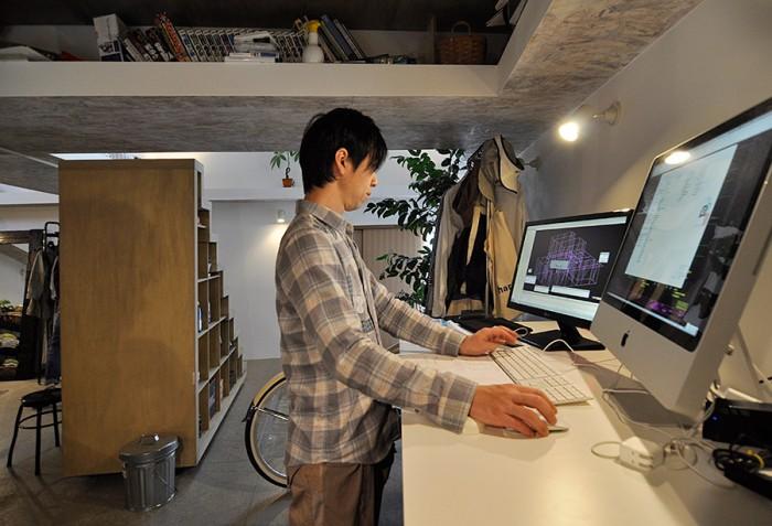 寺戸さんの仕事スペース。左のディスプレイには、CADで作成した構造図面。