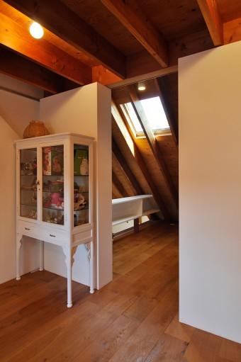 2階の壁はこのように屋根の形のまま傾斜している。