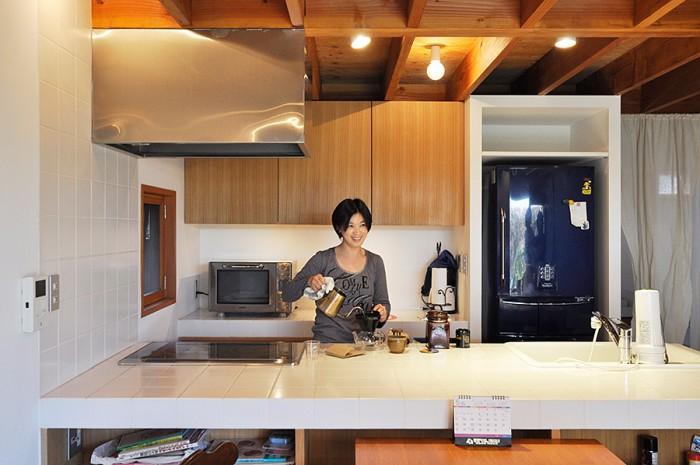 キッチンのトップをタイルにしたのは掃除のしやすさを考えてと、パン屋さんでステンレスに囲まれて仕事をしているので違いを付けたかったから。