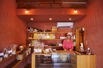 暖色系のインテリアがお客さんを温かく迎える。角食パンや、パンドミー、胚芽の食パンなどが人気という。