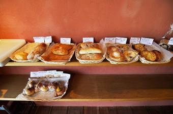 カレーパンやあんパンなどのほかに、さつまいもやとろろ明太子を使ったものなど、多種類のパンが並ぶ。