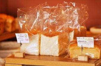左が乳酸菌酵母を使った食パン。独特の風味としっとり感が特徴だという。