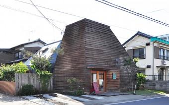 木だけのパン屋さんの外観と対照的な、中村邸の金属屋根が見える。