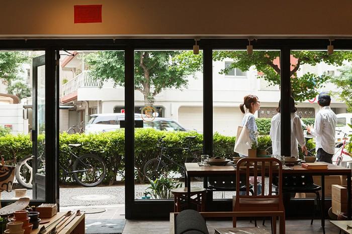 窓際に見えるのは、ウォールナットの天板にスチールの脚を合わせたダイニングテーブル。板の個性や特徴を活かした家具が得意。
