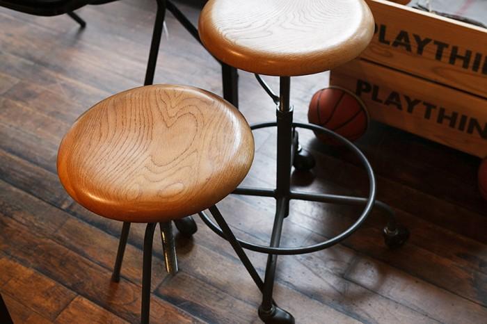 すらっとした3本の鉄の脚と、キャスターがモダンな鹿児島の木工家具メーカーRoamのスツール。