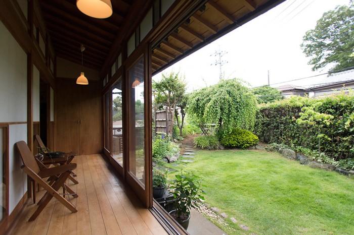 縁側から庭を望む。檜の無垢材の床、硝子の引き戸、雪見窓などは、もとからあったものをそのまま使用。今や贅沢素材。