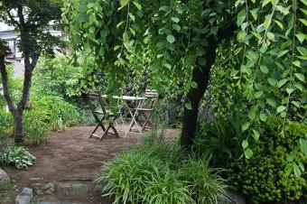 庭の一角に椅子とテーブルを置いて。高台になっており、眺めもよい。陽気のよい日はここで朝食をとることもあるとか。