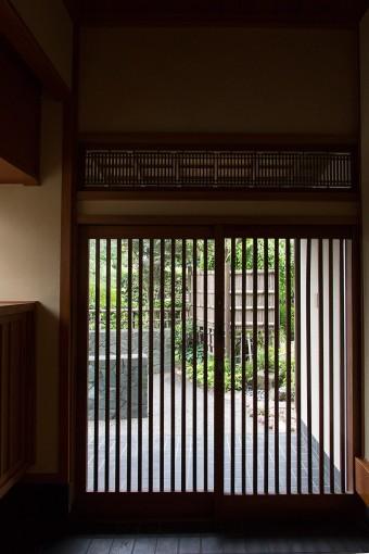 昔のままの、引き戸の玄関。静寂さが漂う。