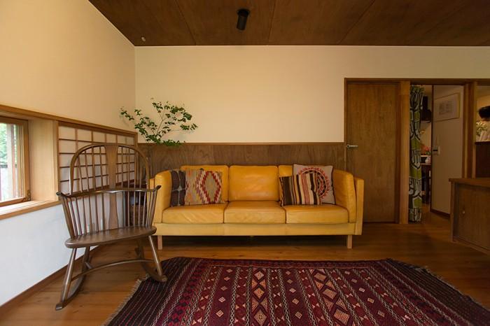 障子の窓を設けたコーナー。CIBONEのソファー、ERCOLのロッキングチェアが、不思議とマッチする。
